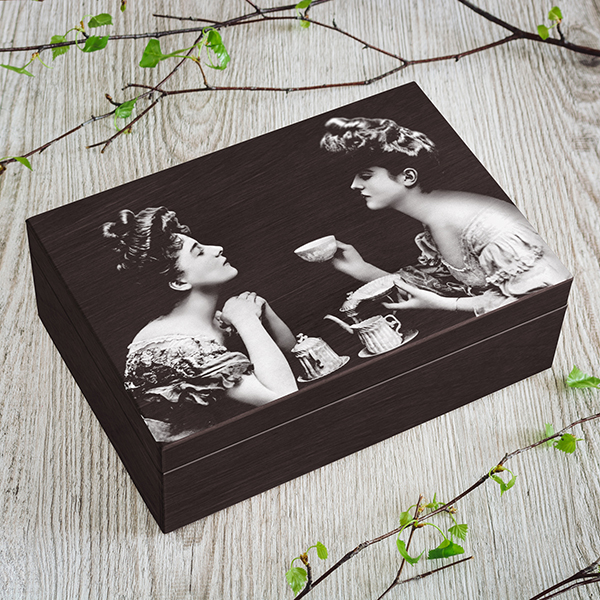 Tumši brūna koka kaste ar pelēku dāmu foto, (2x3)