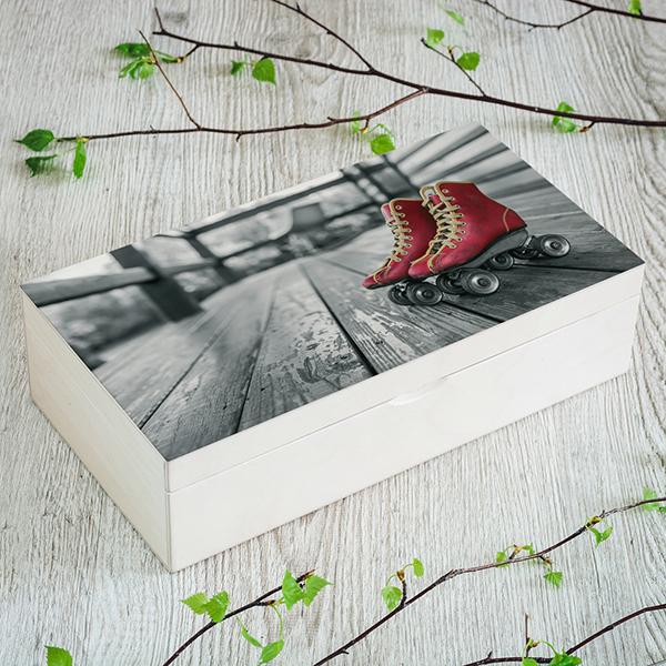 Gaiši brūna koka kaste ar skrituļslidām, (2x4), ar krāsainu un melnbaltu UV foto apdruku