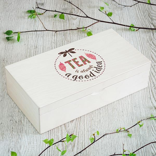 """Gaiši brūna koka kaste ar krāsainu spāres un tejas zīmējumu un UV apdrukas tekstu angļu valodā: """"Tea is always a good idea"""""""