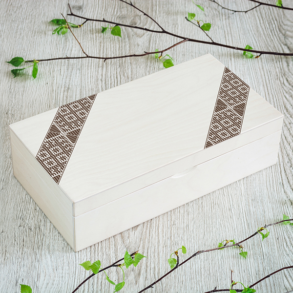 Gaiši brūna koka kaste ar brūnu Latvju rakstu zīmējumu UV apdrukā, 2x4