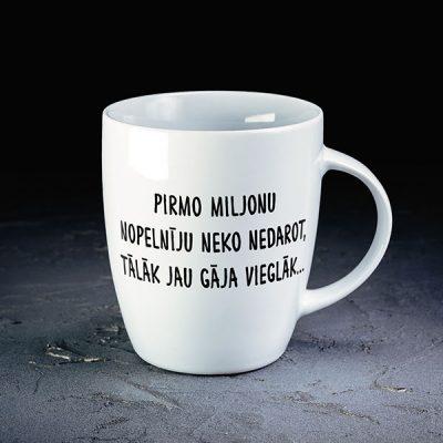 """Balta mazā krūze ar melnu tekstu: """"Pirmo miljonu nopelnīju neko nedarot, tālāk jau gāja vieglāk"""""""