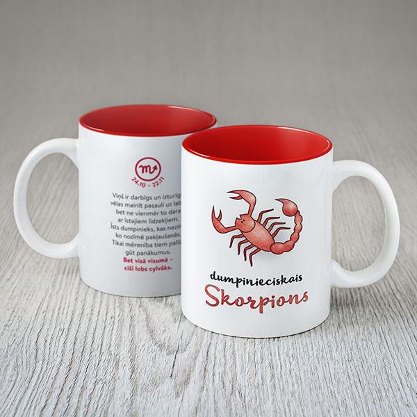"""Balta krūze ar krāsainu skorpiona zīmējumu un tekstu: """"dumpinieciskais Skorpions"""""""