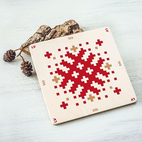 Balts krūžu paliktnis ar sarkanu Latvijas ornamentu