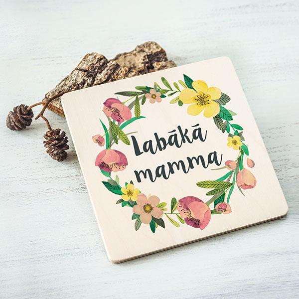 """Balts krūžu paliktnis ar krāsainu tekstu: """"Labākā mamma"""""""