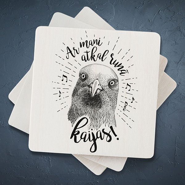 """Balts magnēts ar melnu kaijas zīmējumu un tekstu: """"Ar mani atkal runā kaijas!"""""""