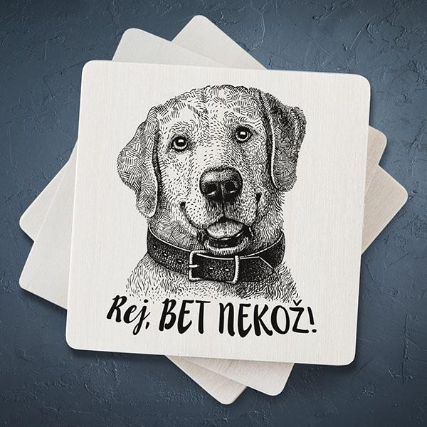 """Balts magnēts ar melnu suns zīmējumu un tekstu: """"Rej, bet nekož!"""""""