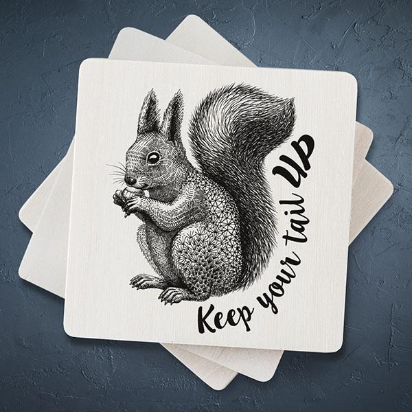 """Balts magnēts ar melnu vāveres zīmējumu un tekstu: """"Keep your tail up"""""""