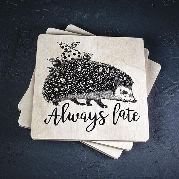 """Balts krūžu paliktnis ar melnu eža zīmējumu un tekstu: """"Always late"""""""