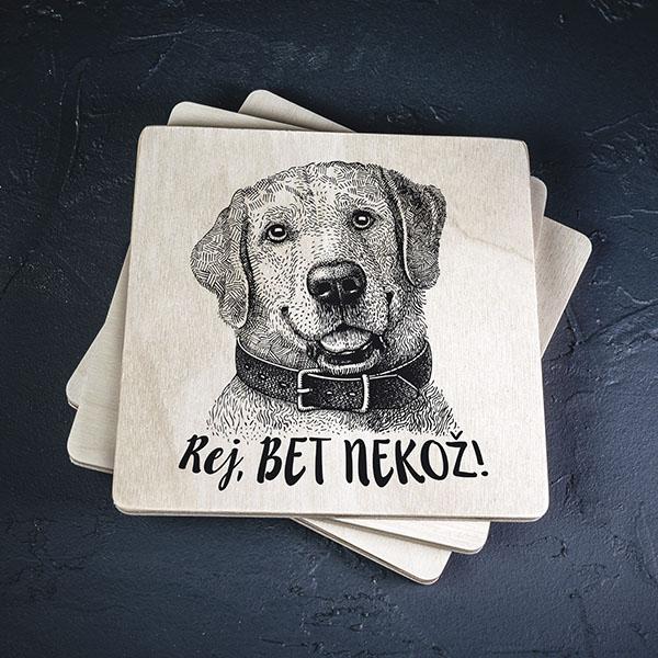 """Balts krūžu paliktnis ar melnu suņa zīmējumu un tekstu: """"Rej, bet nekož!"""""""