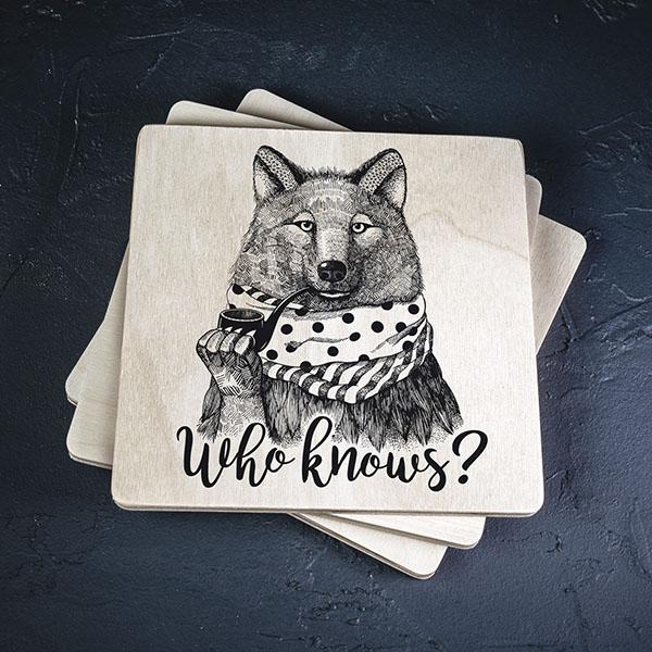 """Balts krūžu paliktnis ar melnu vilka zīmējumu un tekstu: """"Who knows?"""""""