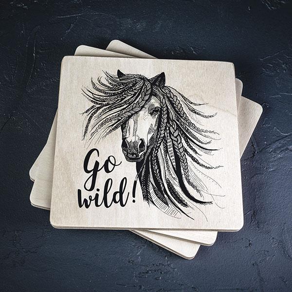 """Balts krūžu pilktnis ar melnu zirga zīmējumu un tekstu: """"Go wild!"""""""