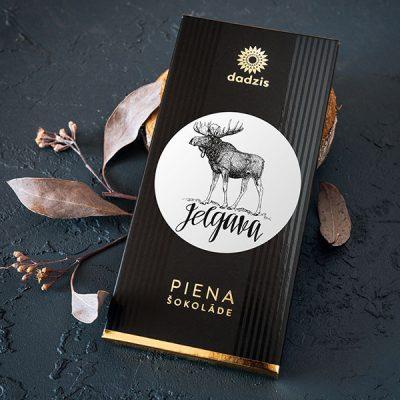 """Piena šokolāde ar iepakojumu, uz kura ir aļņa zīmējums un teksts: """"Jelgava"""""""