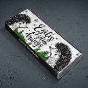 mazā tumšā šokolāde astoņpadsmit grami ar diviem ežiem un tekstu ezītis ezītim draugs ziemassvētku tematikā