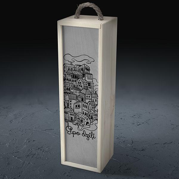 """Balta koka kaste vīna pudelei ar pilsētas zīmējumu un tekstu: """"Elpo dziļi"""""""