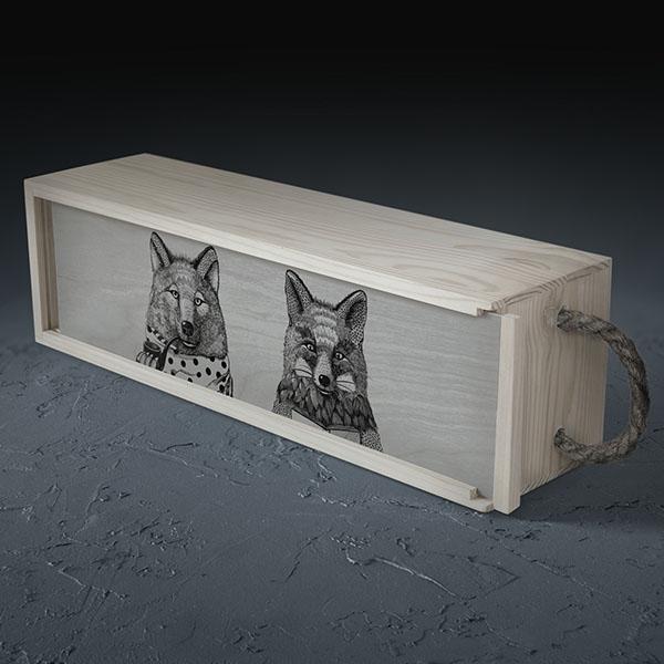 Balta koka kaste vīna pudelei ar vilka un lapsas zīmējumu.