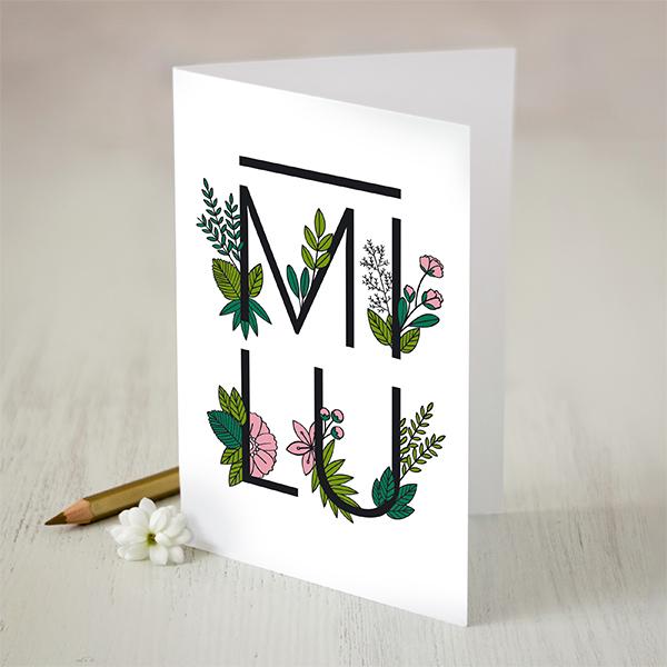 """Atverama apsveikumu kartiņa ar ziedu zīmējumu un tekstu: """"MĪLU"""""""
