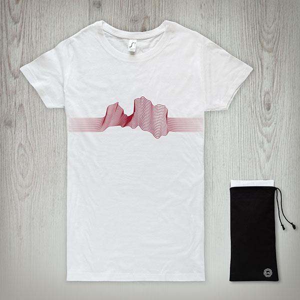 Balts t-krekls ar sarkanu Latvijas kontūru līniju veidā