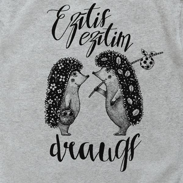 """Džemperis ar divu ežu zīmējumu un tekstu: """"Ezītis ezītim draugs"""""""