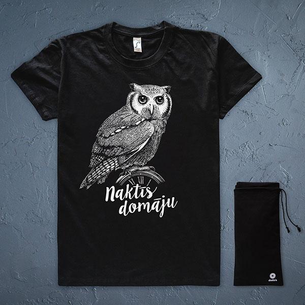 """Melns t-krekls ar baltu pūces zīmējumu un tekstu: """"Naktīs domāju"""""""