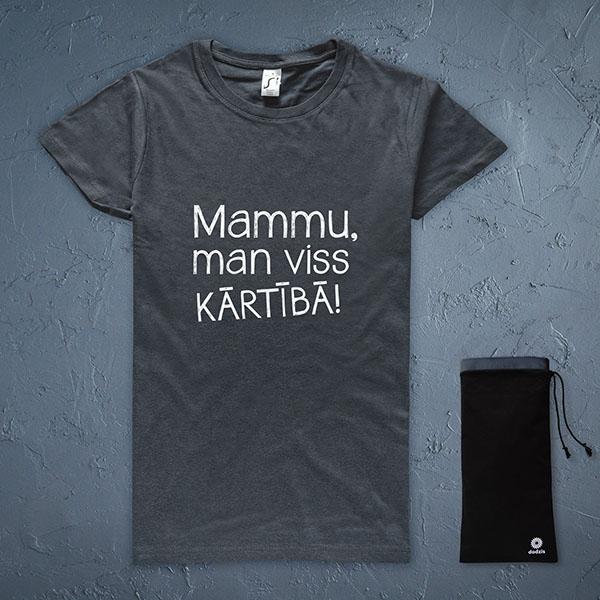 """Tumši pelēks t-krekls ar baltu tekstu: """"Mammu, man viss kārtībā!"""""""