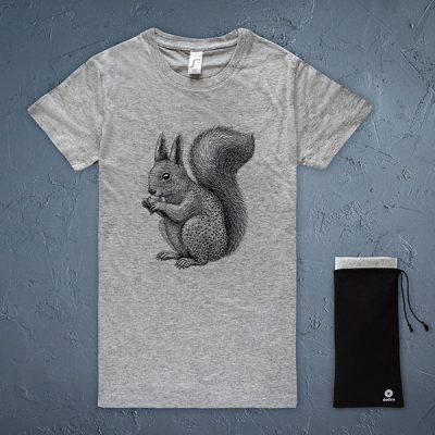 Pelēks sieviešu t-krekls ar melnu vāveres zīmējumu.