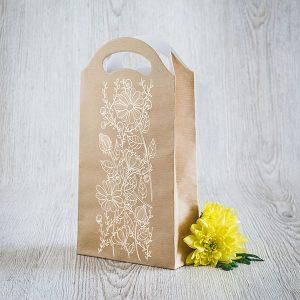 Dāvanu maisiņš ar ziedu zīmējumu.