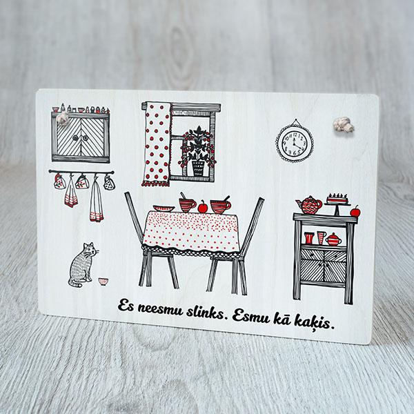 """Dekoratīvais dēlītis ar krāsainu virtuves zīmējumu un tekstu: """"Es neesmu slinks. Esmu kā kaķis"""""""