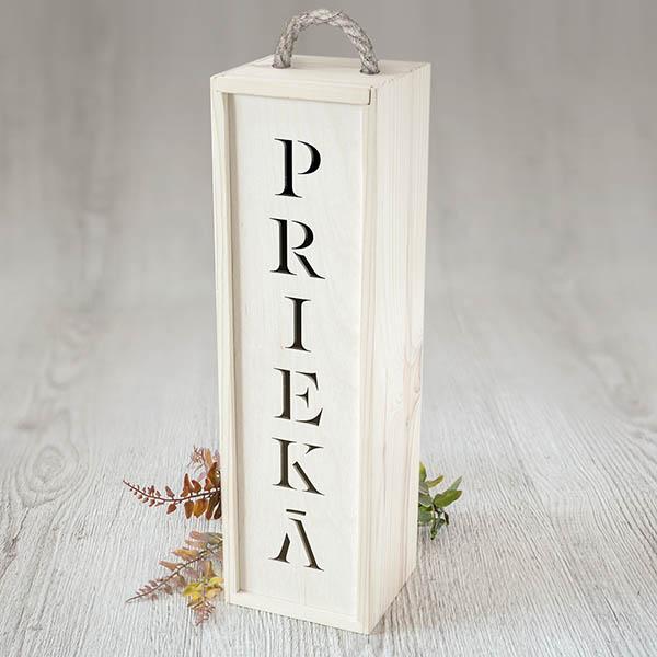 """Balta koka kaste vīna pudelei ar izgrieztu tekstu: """"PRIEKĀ"""""""