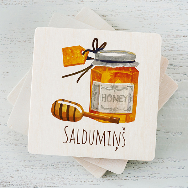 """Balts magnēts ar krāsainu medus burciņas zīmējumu un tekstu: """"Saldumiņš"""""""