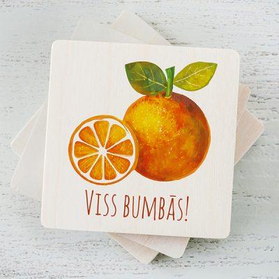 """Balts magnēts ar krāsainu apelsīnu zīmējumu un tekstu: """"Viss bumbās!"""""""