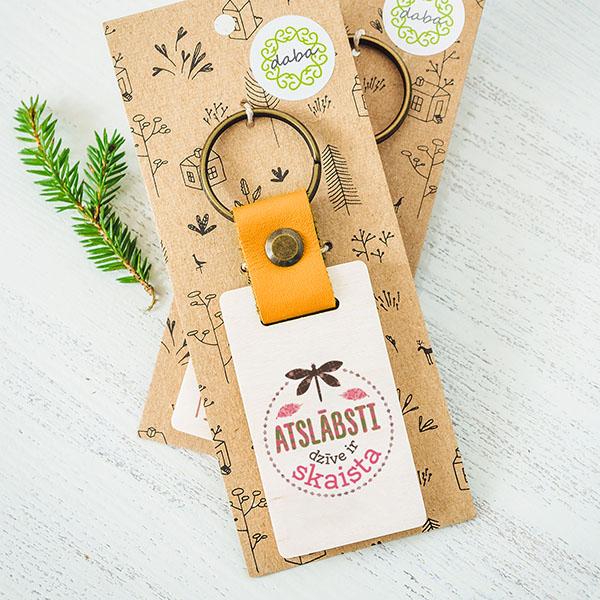 """Koka atslēgu piekariņš ar tekstu: """"Labākā mamma""""Koka atslēgu piekariņš ar tekstu: """"Atslābsti, dzīve ir skaista"""""""