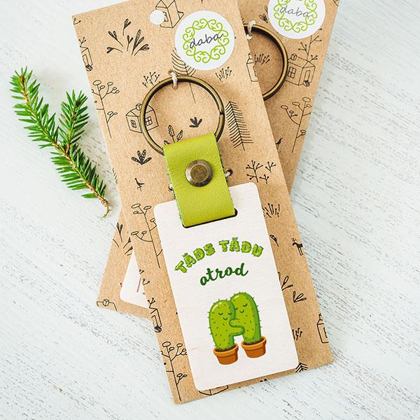 """Koka atslēgu piekariņš ar kaktusu zīmējumu un tekstu: """"Tāds tādu atrod"""""""