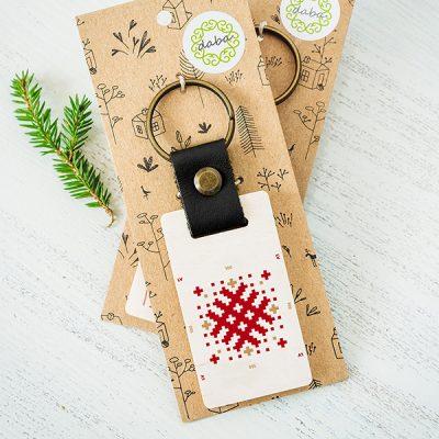 Koka atslēgu piekariņš ar Latvijas ornamenta zīmējumu.