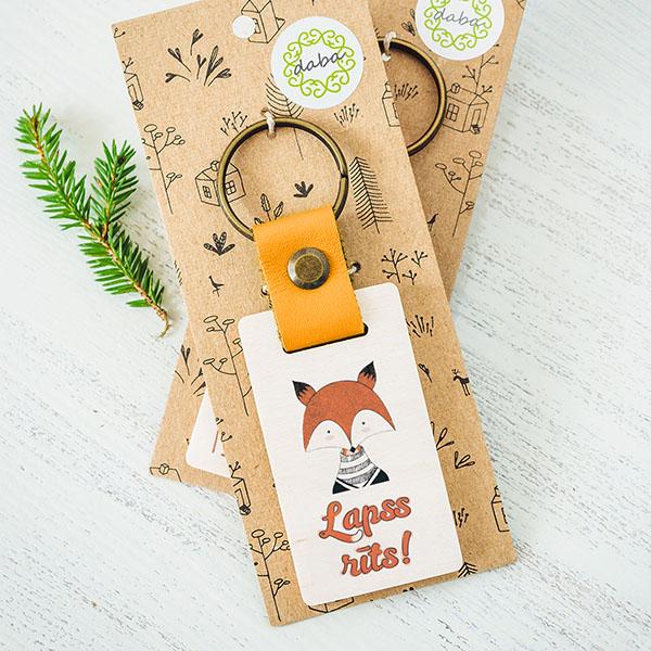 """Koka atslēgu piekariņš ar lapsas zīmējumu un tekstu: """"Lapss rīts!"""""""