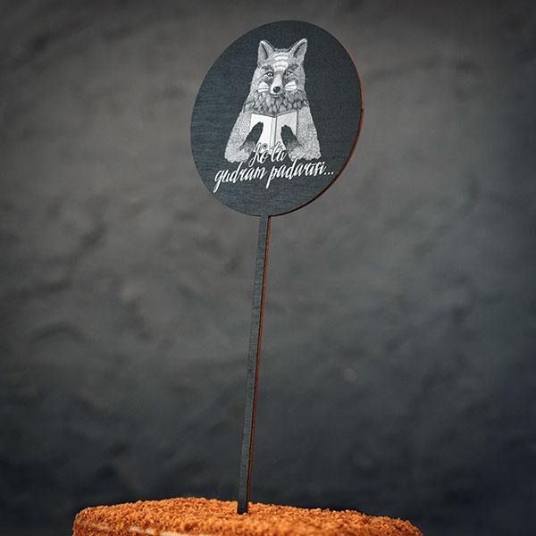 """Dekoratīvs kūku dekors ar lapsas zīmējumu un tekstu: """"Ko tu gudram padarīsi..."""""""