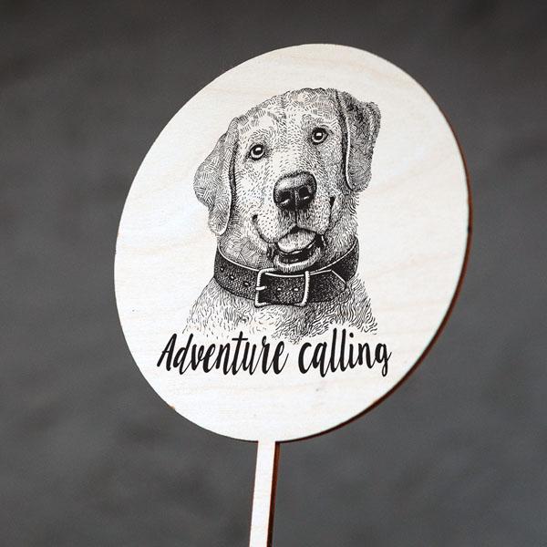 """Dekoratīvs kūku dekors ar suņa zīmējumu un tekstu: """"Adventure calling"""""""