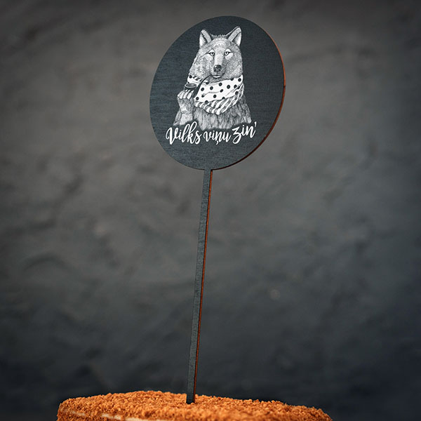 """Dekoratīvs kūku dekors ar vilka zīmējumu un tekstu: """"Vilks viņu zin'"""""""