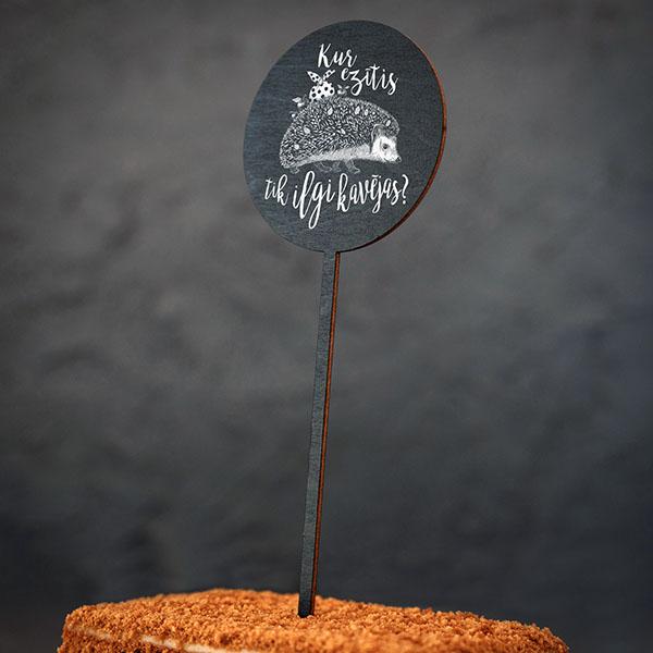 """Dekoratīvs kūku dekors ar eža zīmējumu un tekstu: """"Kur ezītis tik ilgi kavējas?"""""""