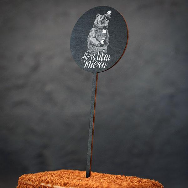 """Dekoratīvs kūku dekors ar lāča zīmējumu un tekstu: """"Mieru, tikai mieru"""""""