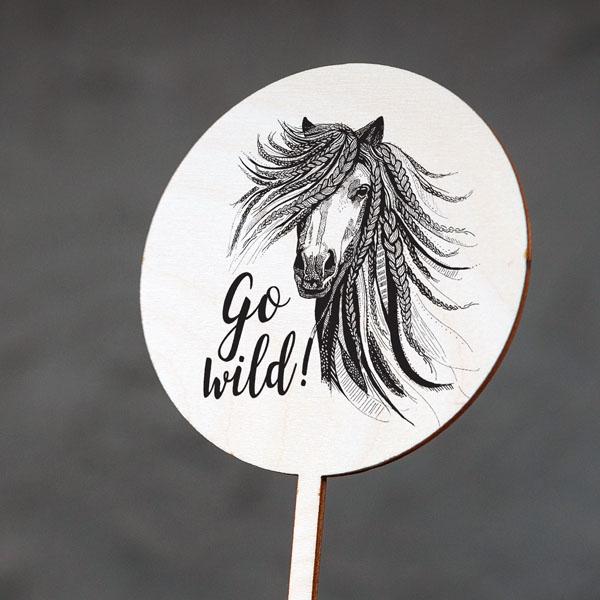 """Dekoratīvs kūku dekors ar zirga zīmējumu un tekstu: """"Go wild!"""""""