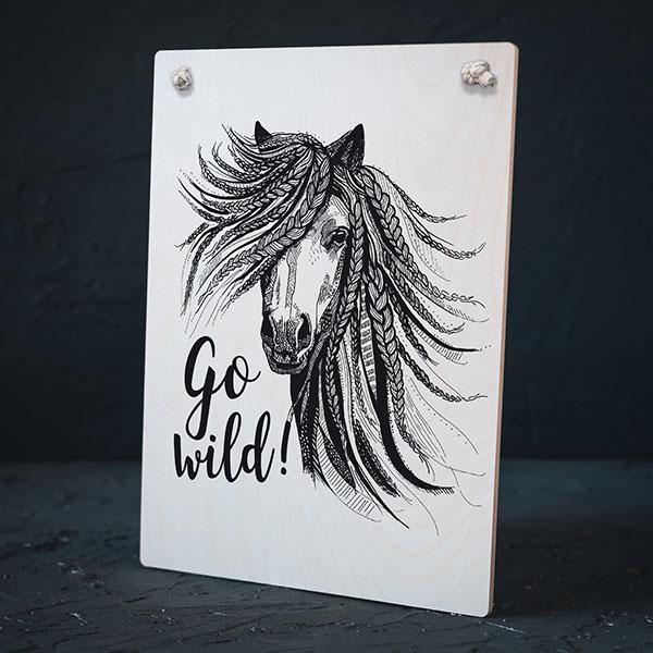 """Balts dekoratīvais dēlītis ar melnu zirga zīmējumu un tekstu: """"Go wild!"""""""