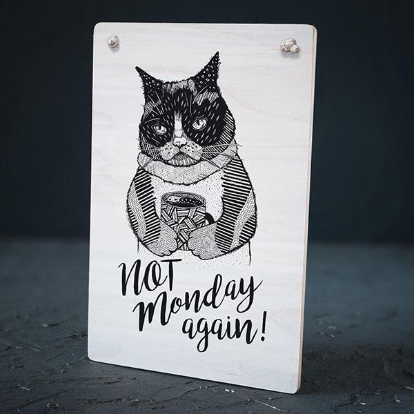 """Balts dekoratīvais koka dēlītis ar melnu kaķa zīmējumu un tekstu: """"Not Monday again!"""""""