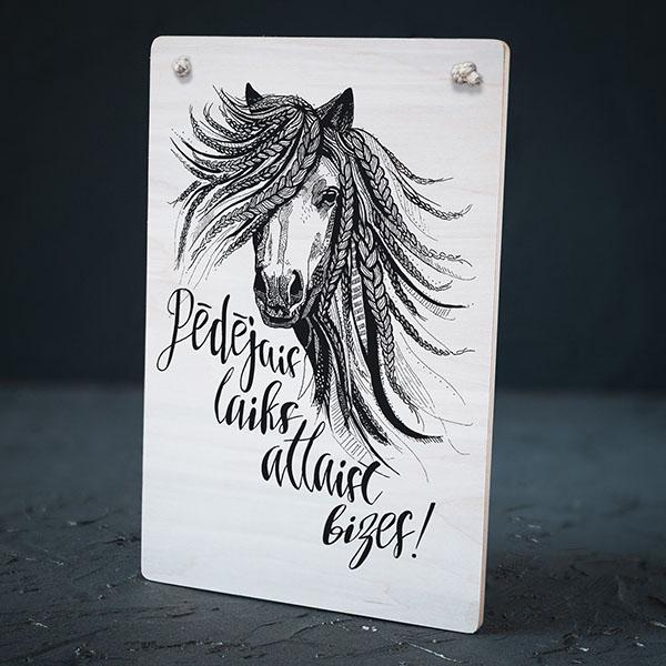 """Balts dekoratīvais koka dēlītis ar melnu zirga zīmējumu un tekstu: """"Ar mani atkal runā kaijas!"""""""
