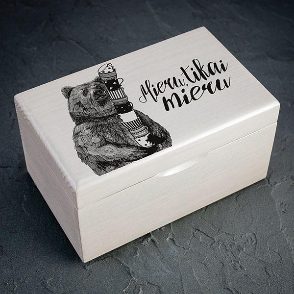 """Balta koka kaste armelnu lāča zīmējumu un tekstu: """"Mieru, tikai mieru"""". Kastei ir 1x2 nodalījumi"""
