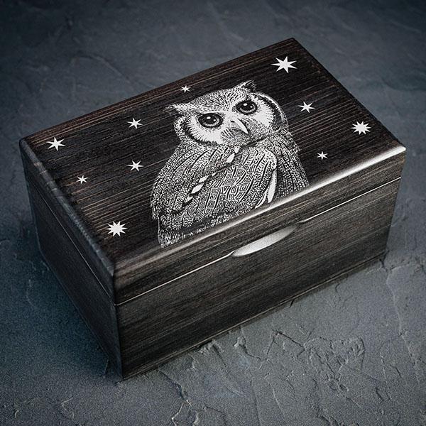 Melna koka kaste ar baltu pūces zīmējumu. Kastei ir 1x2 nodalījumi
