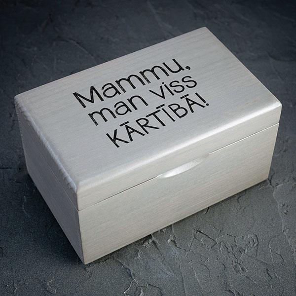 """Pelēka koka kaste ar melnu tekstu: """"Mammu, man viss kārtībā! Kastei ir 1x2 nodalījumi."""