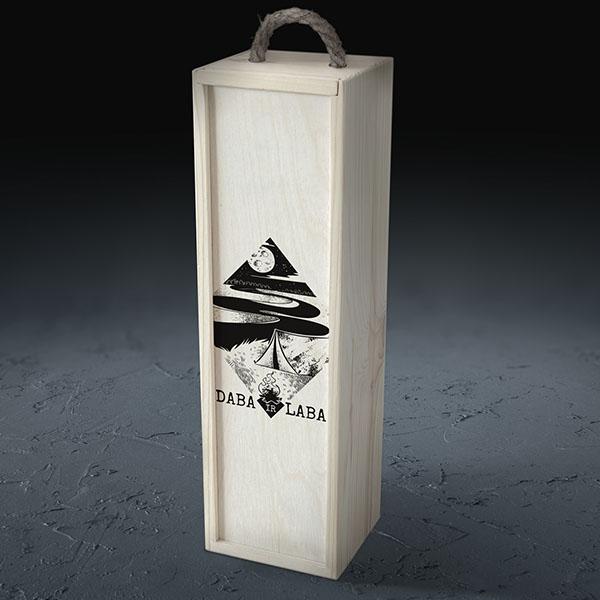 """Balta koka kaste vīna pudelei ar ceļojuma un telts zīmējumu un tekstu: """"Daba ir laba"""""""