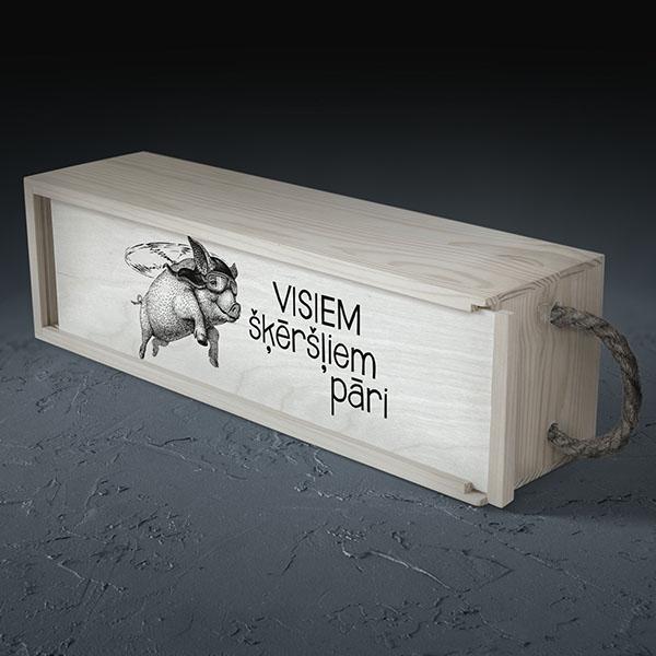 """Balta koka kaste vīna pudelei ar rukša zīmējumu un tekstu: """"Visiem šķēršļiem pāri"""""""