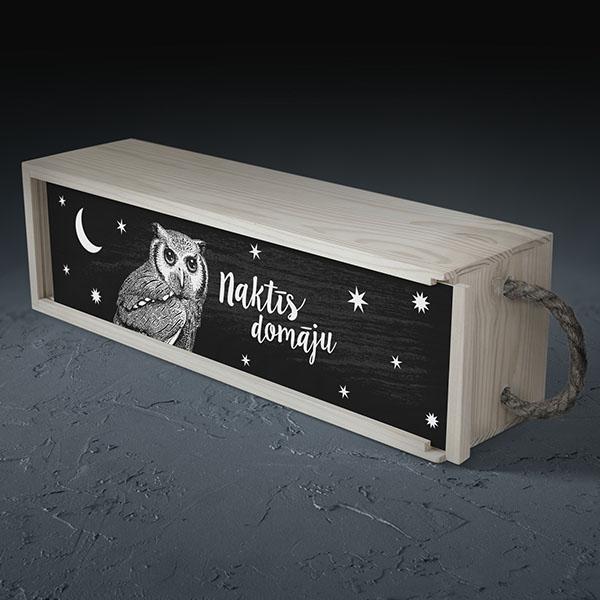 """Balta koka kaste vīna pudelei ar pūces zīmējumu un tekstu: """"Naktīs domāju"""""""