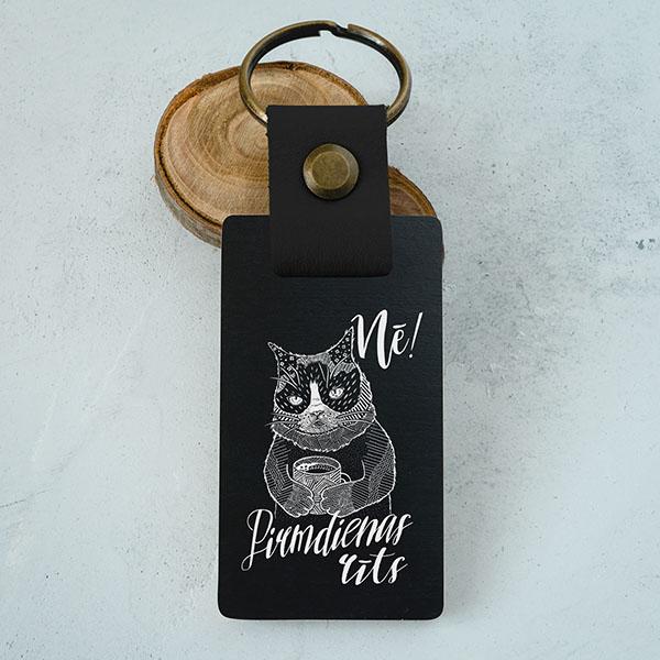 """Koka atslēgu piekariņš ar kaķa zīmējumu un tekstu: """"Nē! Pirmdienas rīts"""""""